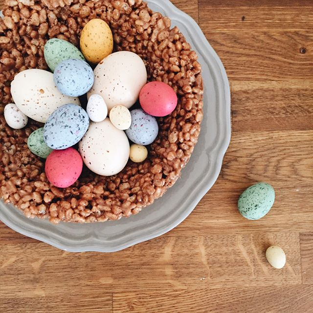 Giant easter nest honeywell bakes iced biscuit gifts b a n k h o l i d a y time to eat all the eggs giant easter nest crispy negle Image collections